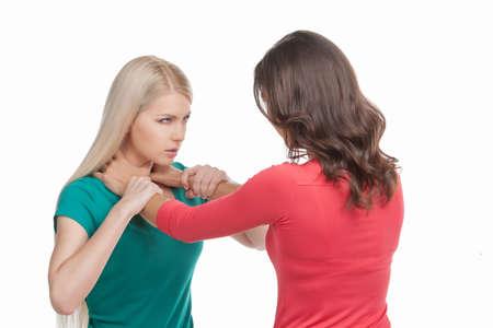 mujeres peleando: Las mujeres luchan. Dos mujeres que luchan mientras aislados en blanco