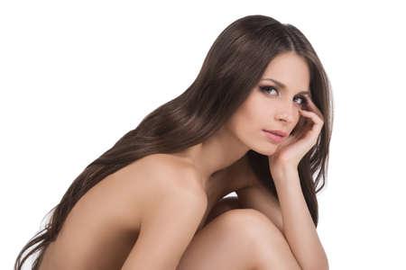 mujeres jovenes desnudas: Belleza desnuda. Vista lateral de la mujer joven con el pelo hermoso que mira la cámara mientras aislados en blanco Foto de archivo