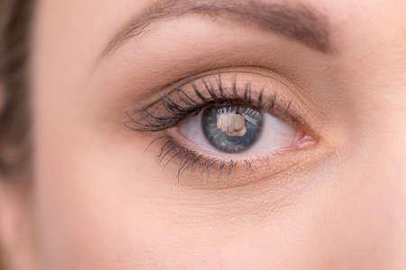 violencia intrafamiliar: Disparar creativo de ojo de la mujer con la reflexión golpe. Idea de la delincuencia hogar