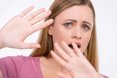 maltrato: Cerca de la niña tratando de detener algo. Buscando miedo