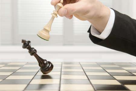 High key foto van een schaakbord. Schaakmat door de zwarte pion. Stockfoto