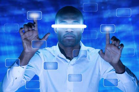 interacci�n: African American hombre presionando un bot�n de pantalla t�ctil Foto de archivo