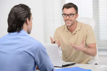 two people talking: Hablando de negocios. Dos hombres de negocios confidentes dicussing algo