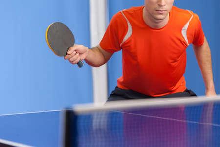 tischtennis: Tischtennis spielen. Zuversichtlich junge Männer spielen Tischtennis