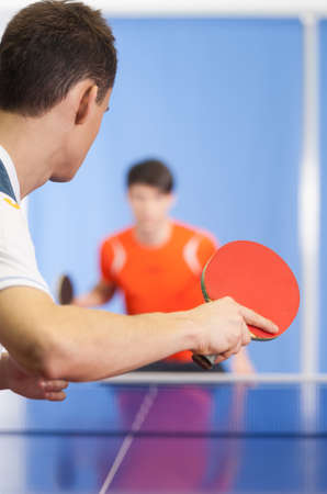 tennis de table: Jeu de tennis de table. Deux jeunes gens jouant au tennis de table