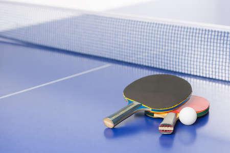 tischtennis: Tischtennisschläger. Top-Blick auf Tischtennis-Schläger und Ball auf dem Tennistisch liegen
