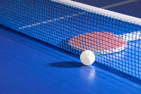 tischtennis: Tischtennisschläger. Top-Blick auf Tischtennis-Schläger und Ball auf dem Tennistisch liegend Lizenzfreie Bilder