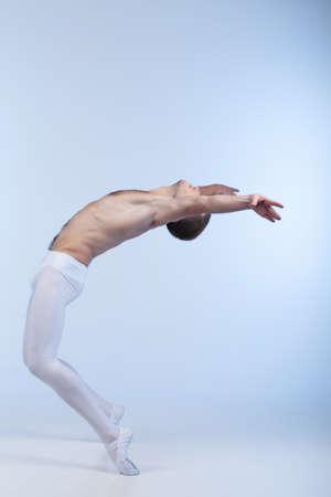 ballet hombres: joven bailarín que realiza danza atlética. bailarina de ballet que se inclina hacia atrás y estira las manos