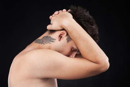 collo: giovane uomo con il tatuaggio sul collo. cool guy con il tatuaggio di ali sul collo