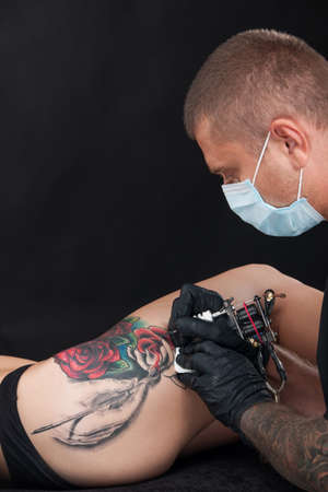 professionele tatoeëerder tekening roos op been. rode roos tatoeage op meisje been