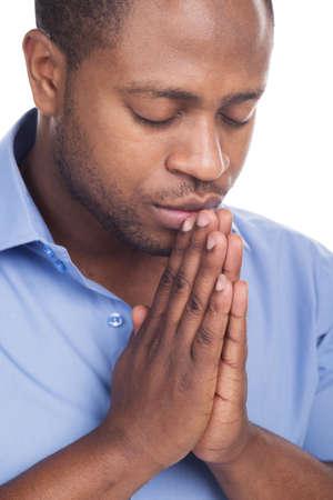knappe zwarte man gesloten ogen. Man bidden in eenzaamheid en geduld