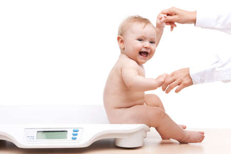 babysitting op schalen en hand in hand. zijaanzicht van de baby op witte achtergrond
