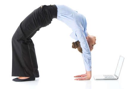 게 요가 하 고 여자는 스튜디오에서 포즈. 여성 운동과 컴퓨터 화면을 보면서