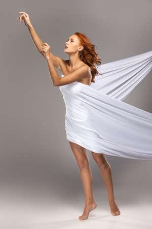 young nude girl: Closeup auf schöne Frau, die bis mit ihren Händen. Sexy junge Mädchen mit weißen Tuch bedeckt