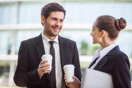 Jonge zakenvrouw met een mannelijke collega bespreken. zakenman en ondernemers buiten het drinken van koffie Stockfoto