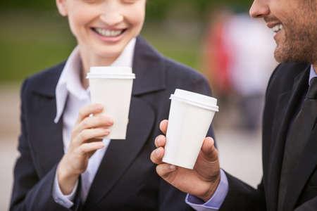 tomando café: La gente de negocios el consumo de café fuera. Los socios comerciales close-up mientras que en las escaleras Foto de archivo