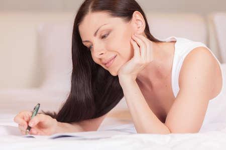 A menina escreve di
