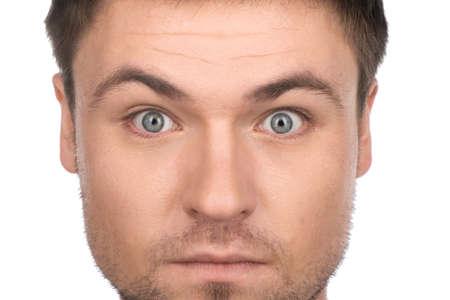 occhi sbarrati: Giovane uomo divertente e bello su sfondo bianco. cool guy guardando la telecamera con gli occhi ben aperti Archivio Fotografico