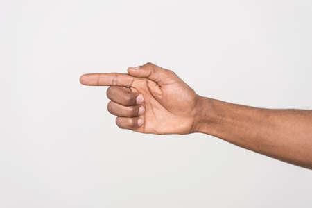 dedo indice: foto de hombre de mano que señala con el dedo. Punto de la mano humana con el dedo aislado en blanco.