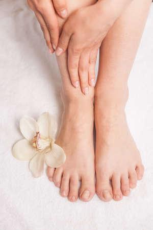pies bonitos: Foto del primer de pies femeninos en el salón de spa en el procedimiento de pedicura.