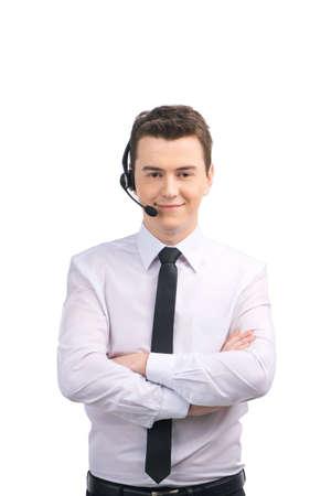 Portret van de medewerker van de klantenservice staande armen gekruist. man met hoofdtelefoon staande op een witte achtergrond