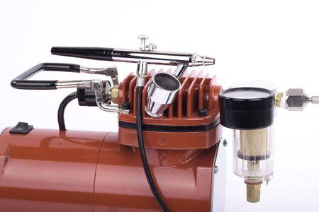 airbrushing: Aer�grafo y compresor de detalle en el fondo blanco