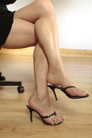 faldas: Piernas de la bella mujer con vestido negro corto y talones