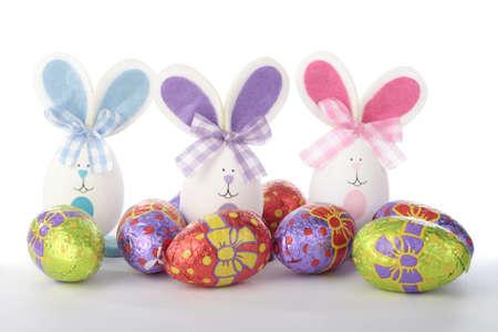 Pasqua coniglietti e pulcini con decorazioni di uova Archivio Fotografico - 8372005