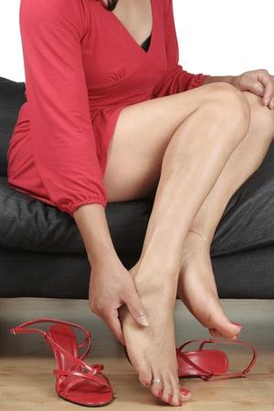 pies sexis: Piernas de la bella mujer con vestido masajear pies doloridos