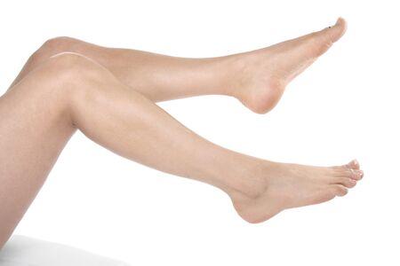 waxed legs: Donna gambe e piedi isolati su sfondo bianco