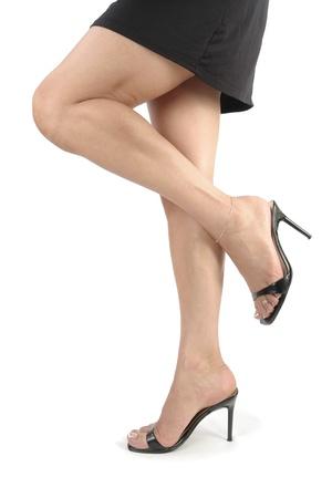 tacones negros: Hermosa mujer piernas y pies con tacones negros sobre fondo blanco Foto de archivo