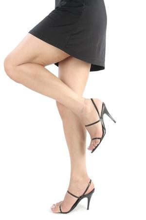 faldas: Womans piernas con vestido negro corto Foto de archivo