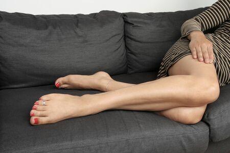pies sexis: Piernas de la mujer hermosa relajantes Foto de archivo