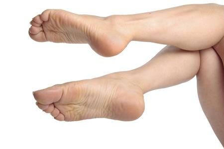 descalza: Piernas de la mujer aisladas en blanco