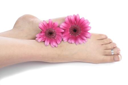 waxed legs: Le gambe di piedi di donna e fiori over white Archivio Fotografico