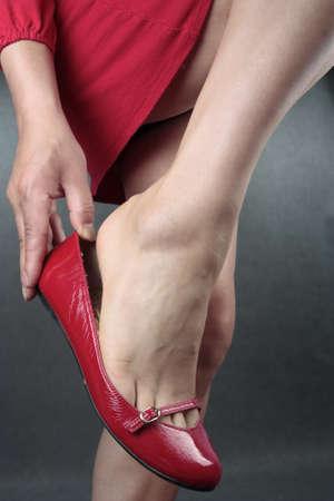 tacones rojos: Las piernas de hermosa mujer rojas escore sobre gris