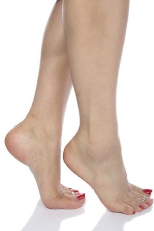 waxed legs: Piedi di donna su sfondo bianco