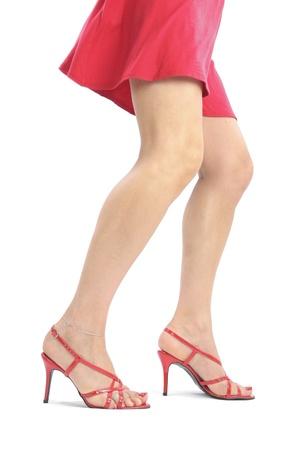 tacones rojos: piernas sexy mujer y zapatos de tac�n rojo sobre blanco