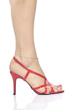 pies sexis: Piernas de la mujer sexy con tacones rojos Foto de archivo