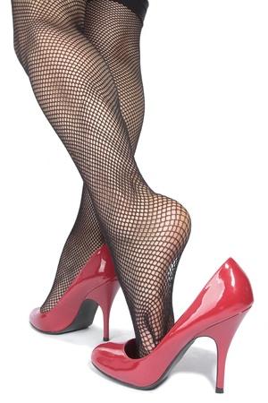 medias mujer: Hermosas piernas medias de mujer con tacones rojos sobre fondo blanco Foto de archivo
