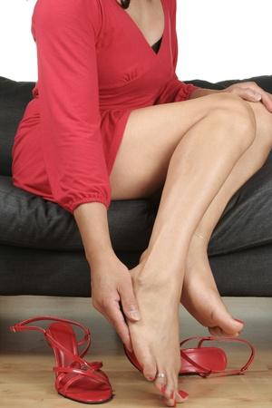 sexy f�sse: Frau Beine massieren schmerzende F��e mit Schuhen