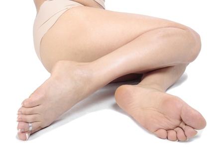 waxed legs: Donna gambe isolato su bianco
