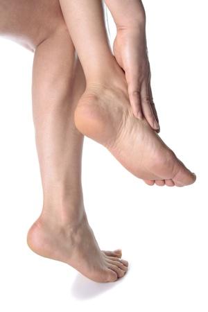 waxed legs: Donna gambe massaggio piedi isolato su sfondo bianco