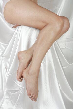 waxed: Piernas de la mujer sobre fondo blanco Foto de archivo