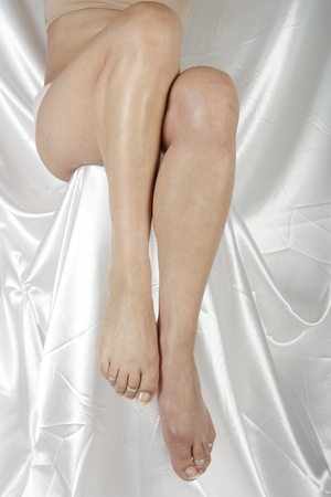 waxed legs: Donna gambe isolato su sfondo bianco