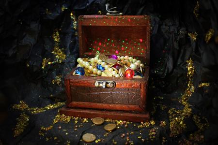 jack pot: caja del tesoro encantado con perlas, piedras preciosas, diamantes y monedas de oro en m�stica cueva mina de oro con las pepitas de oro