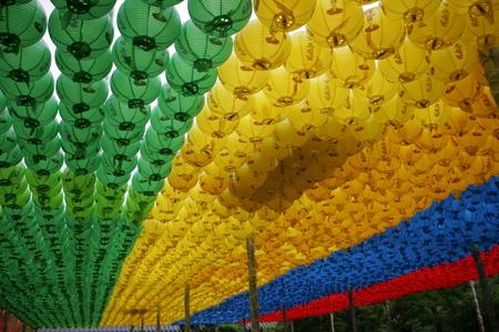horizental: 4 color temple lanterns.