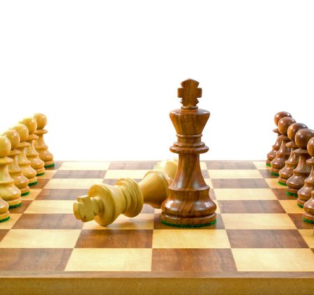 Re avversario pezzi di scacchi su una scacchiera con pedine, su sfondo bianco.  Archivio Fotografico