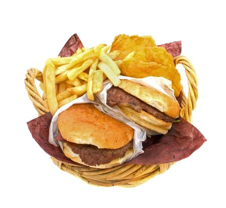 Cesto pieno di hamburger, patatine fritte e torte di patate su sfondo bianco