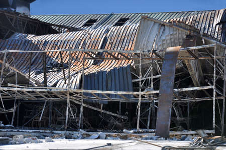 A queimada loja de varejo contra um céu azul Imagens